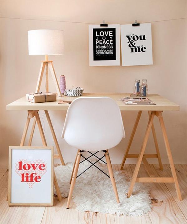 Un Bureau Au Style Scandinave Avec La Plastic Chair De EAMES